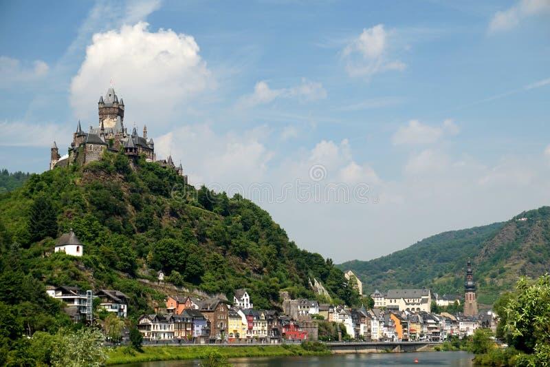 Kolorowy wina miasto Cochem w Moselle dolinie i kasztel zdjęcie stock