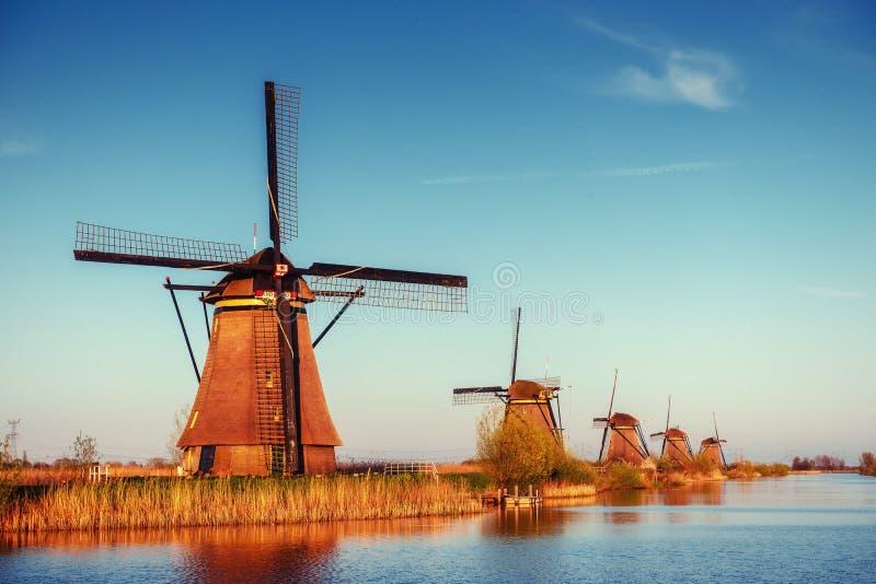 Kolorowy wiosna dzień z tradycyjnymi Holenderskimi wiatraczkami kanałowymi w Ro obraz stock