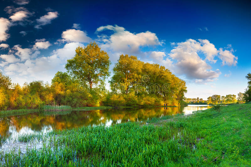 Kolorowy wiosna krajobraz na rzece zdjęcia stock