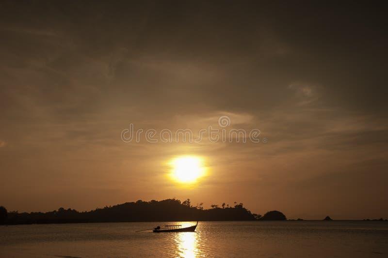 Download Kolorowy świt nad morzem zdjęcie stock. Obraz złożonej z argentina - 65225980