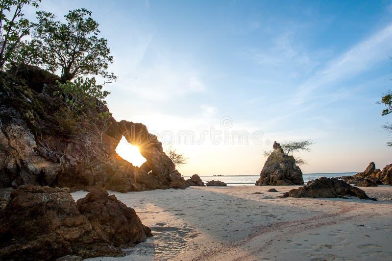 Download Kolorowy świt nad morzem zdjęcie stock. Obraz złożonej z piękny - 65226028