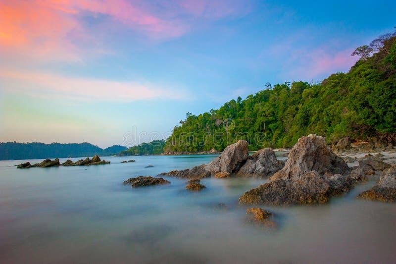 Download Kolorowy świt nad morzem zdjęcie stock. Obraz złożonej z coastline - 65226574