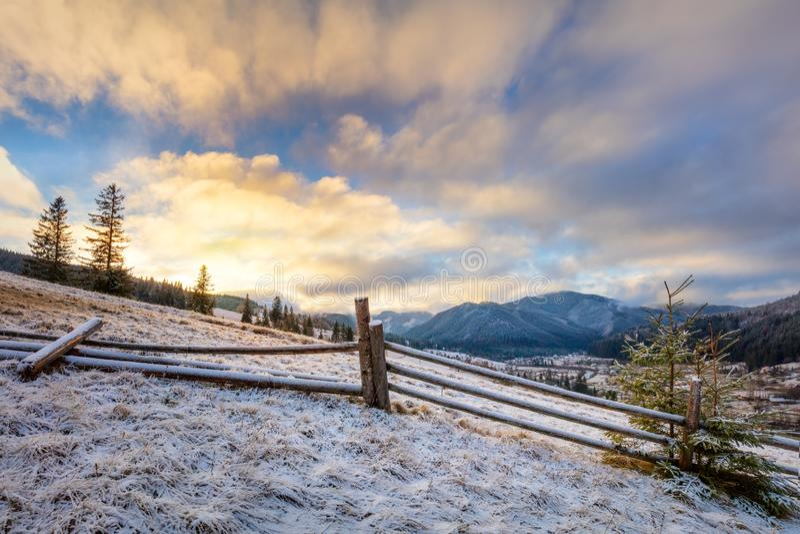 Kolorowy wschód słońca - zima ranek w śnieżnych górach Krajobraz obraz stock