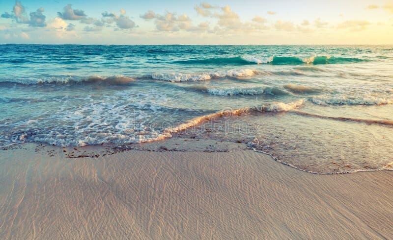 Kolorowy wschodu słońca krajobraz na Atlantyckim oceanu wybrzeżu obrazy royalty free