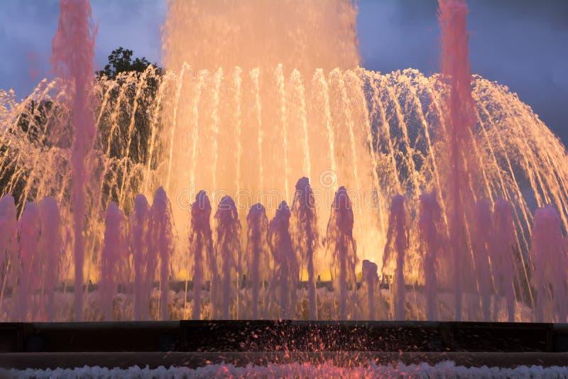 Kolorowy występ Magiczna fontanna Montjuic w Barcelona zdjęcie stock