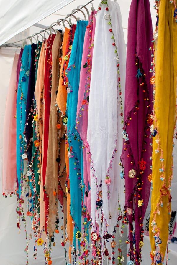 Kolorowy Z paciorkami Scarves zrozumienie W sprzedawcy budka Przy festiwalem obrazy stock