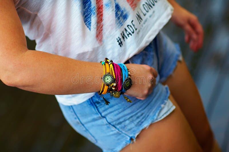Kolorowy zegarka wristband na eleganckiej żeńskiej ręce obrazy royalty free