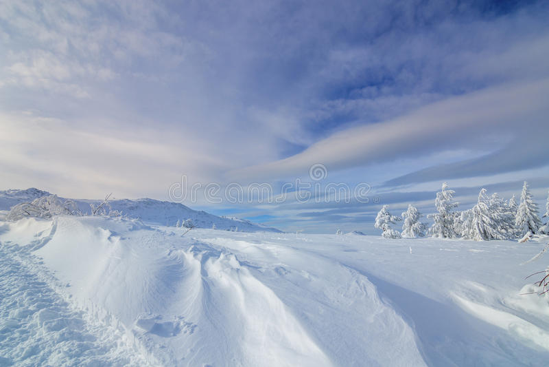 Kolorowy zima ranek w górach przy wschodem słońca obraz royalty free