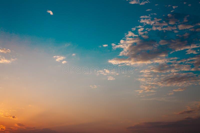 Kolorowy zmierzch na chmurnym niebie Błękitne biel chmury i Piękny tło Dnia ending razem odprężona Pokojowy natu obrazy royalty free