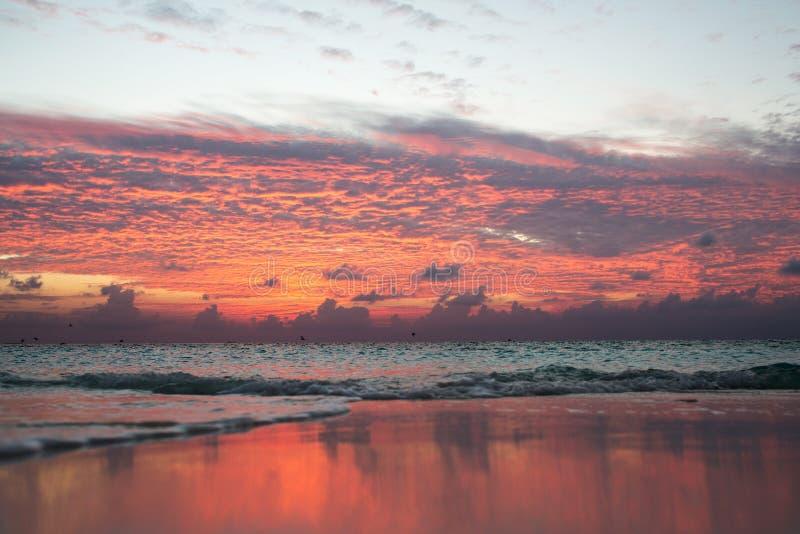 Kolorowy zmierzch na Maldives odbija niebo w wodzie obraz royalty free