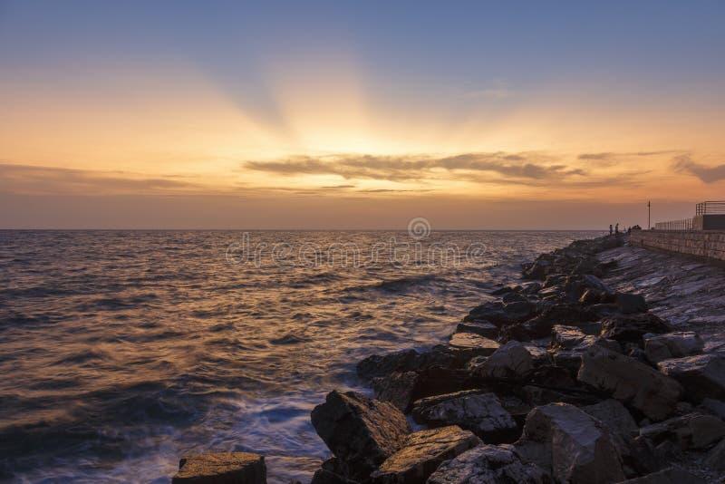 Kolorowy zmierzch na plaży z skałami na Adriatyckim Dennym wybrzeżu Istria zdjęcia stock