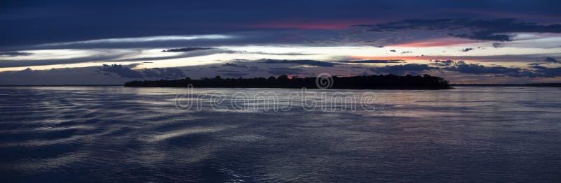 Kolorowy zmierzch na rzecznej amazonce w tropikalnym lesie deszczowym, Brazylia zdjęcia stock