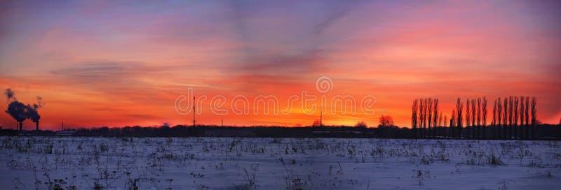 Kolorowy zmierzch nad śnieżną śródpolną panoramą fotografia royalty free