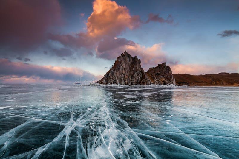 Kolorowy zmierzch nad krystalicznym lodem Baikal jezioro obrazy stock