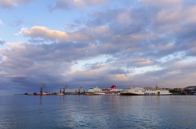 Kolorowy zmierzch nad portem Heraklion Dwa ferryboats dokowali przy jetty Peiraeus, Heraklion trasą - obrazy stock