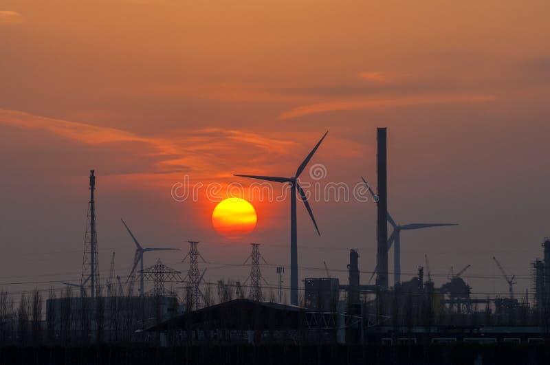 Kolorowy zmierzch nad przemysłowym terenem, holandie obrazy stock