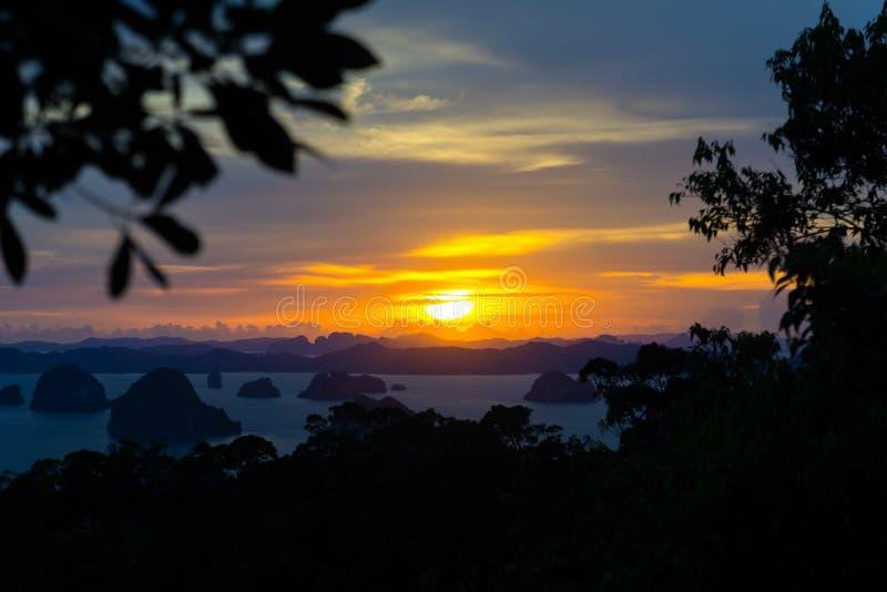 Kolorowy zmierzch w Krabi, Tajlandia Dramatyczny widok z lotu ptaka wyspy i ocean od zbocze góry obraz stock