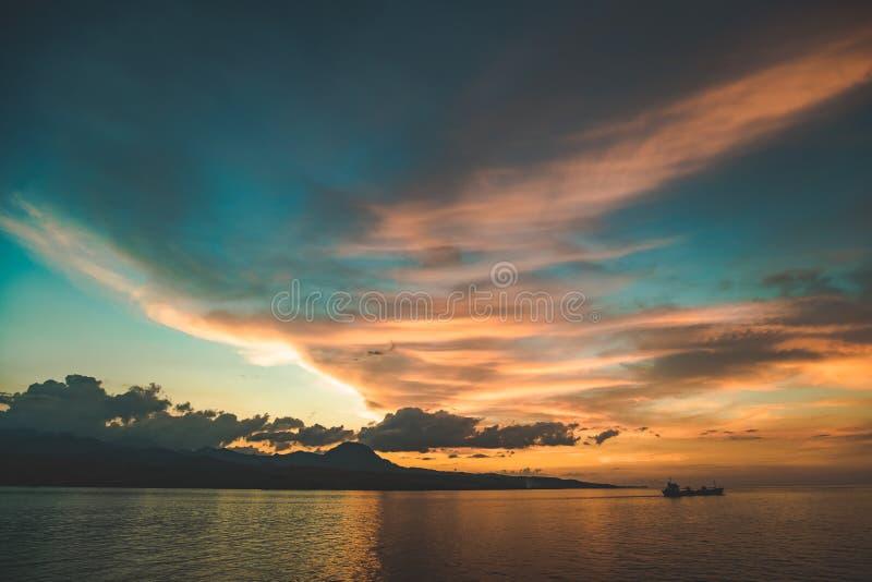 Kolorowy zmierzchu niebo nad Komodo wyspy brzeg obraz stock