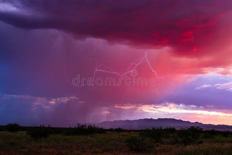 Kolorowy zmierzchu niebo z deszczem i błyskawicą obrazy royalty free
