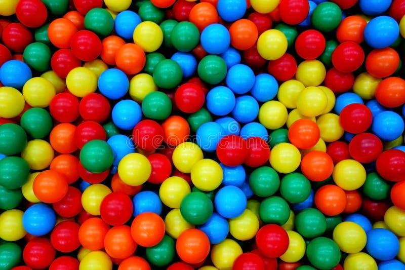 Kolorowych Zabawkarskich piłek tła Balowy boisko obrazy stock