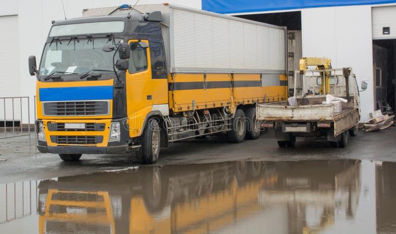 Koloru żółtego ciężarowy pobliski hangar obrazy stock