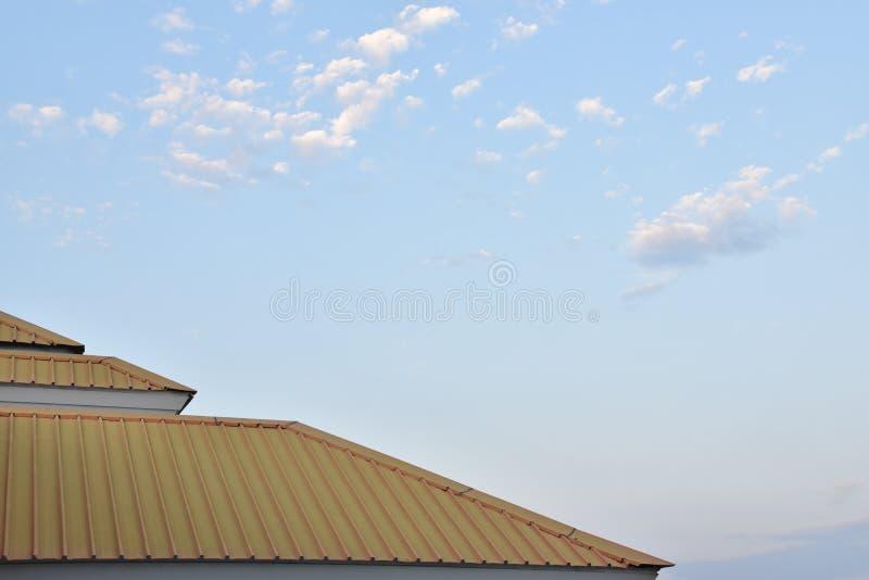 Koloru żółtego dach z niebem zdjęcia royalty free