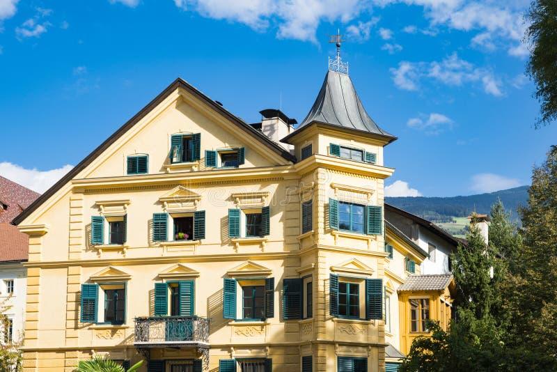 Koloru żółtego dom wewnątrz, Bressanone Brixen, Italy zdjęcie royalty free