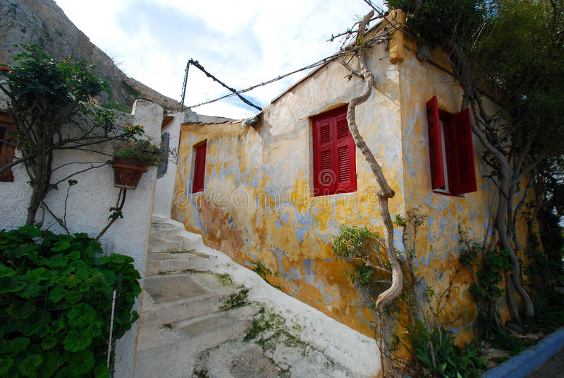 Koloru żółtego dom z roślinami w Anafiotika, Ateny obrazy royalty free
