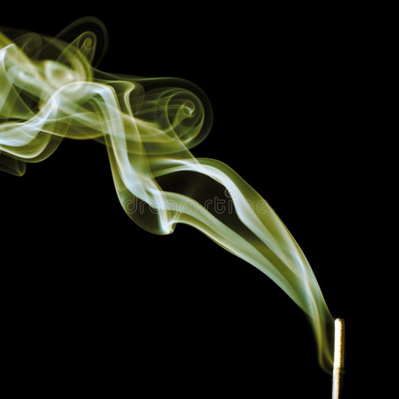 Koloru żółtego dym na czarnym tle obrazy stock