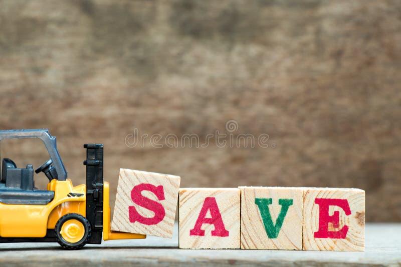 Koloru żółtego forklift chwyta listu zabawkarski blok S uzupełniać słowa save zdjęcia royalty free