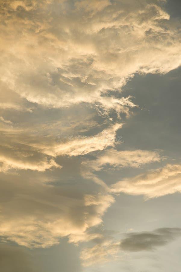 Koloru żółtego i błękita chmura w niebie obrazy royalty free