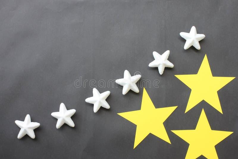 Koloru żółtego i białych gwiazdy umieszczają na czarnym tle dla busi zdjęcie stock
