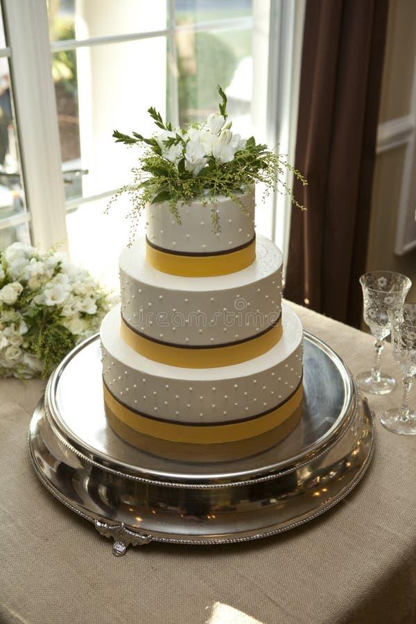 Download Koloru żółtego I Bielu Trzy Wielopoziomowy Tort Obraz Stock - Obraz złożonej z smakosz, słodycze: 28956169