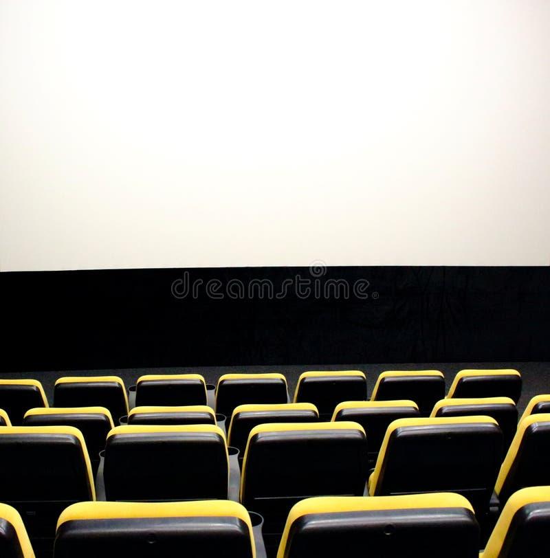 Koloru żółtego i czerni krzesła z dużym bielu ekranem w kinowej sala Wygodny filmu wnętrze pusta kino sala obrazy stock