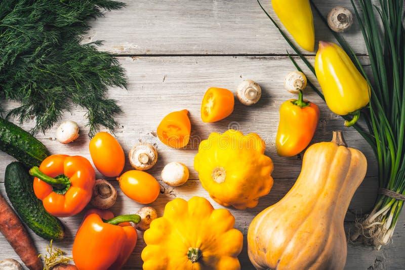 Koloru żółtego i zieleni warzywa na białym drewnianym stołowym odgórnym widoku obraz stock