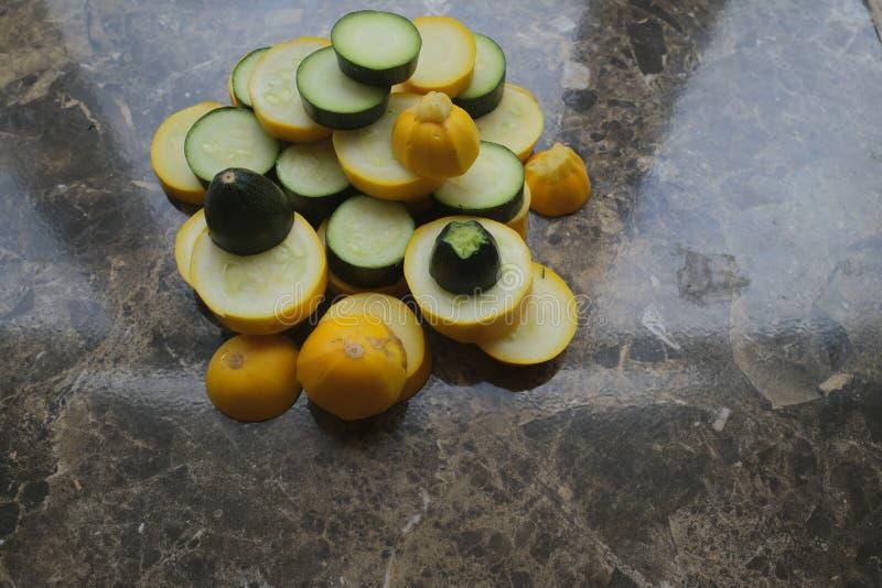 Koloru żółtego i zieleni zucchini, cięcie w okręgi obrazy royalty free