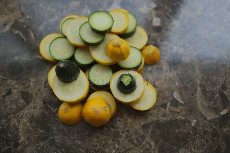 Koloru żółtego i zieleni zucchini, cięcie w okręgi fotografia royalty free