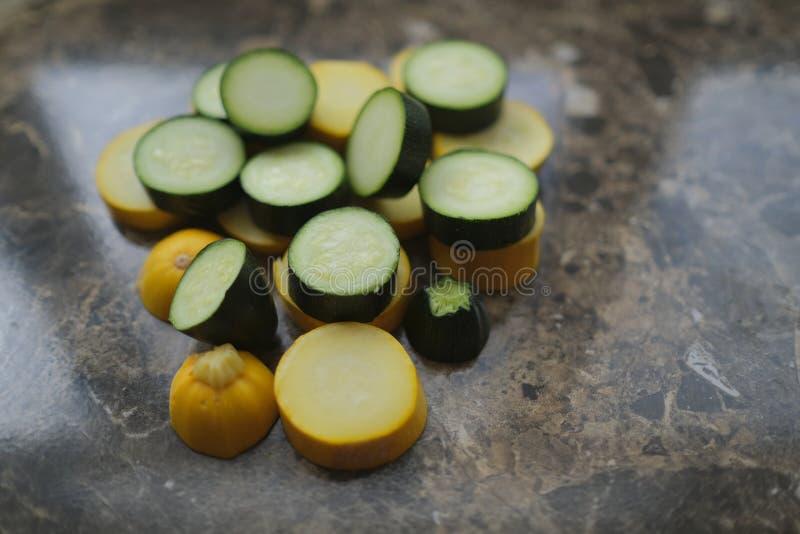 Koloru żółtego i zieleni zucchini, cięcie w okręgi obrazy stock