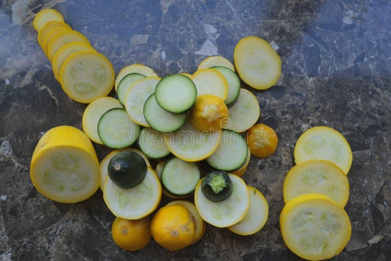 Koloru żółtego i zieleni zucchini, cięcie w okręgi zdjęcia royalty free