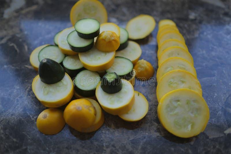 Koloru żółtego i zieleni zucchini, cięcie w okręgi zdjęcie stock
