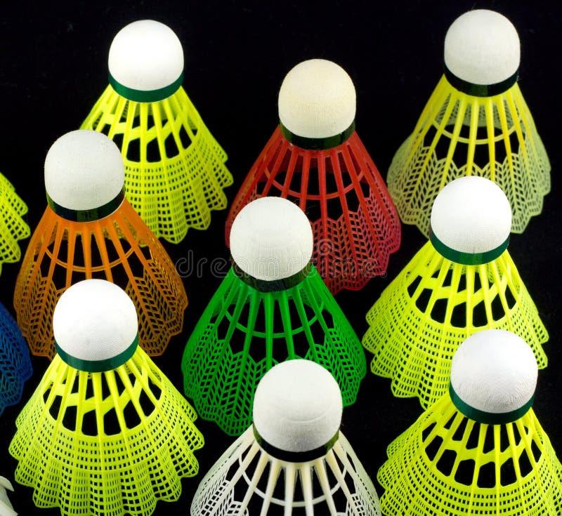 Koloru badminton shuttlecocks odizolowywający na czerni zdjęcia stock