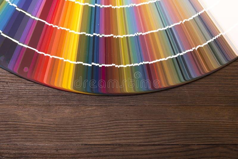 Koloru katalog na drewnianym biurku fotografia royalty free