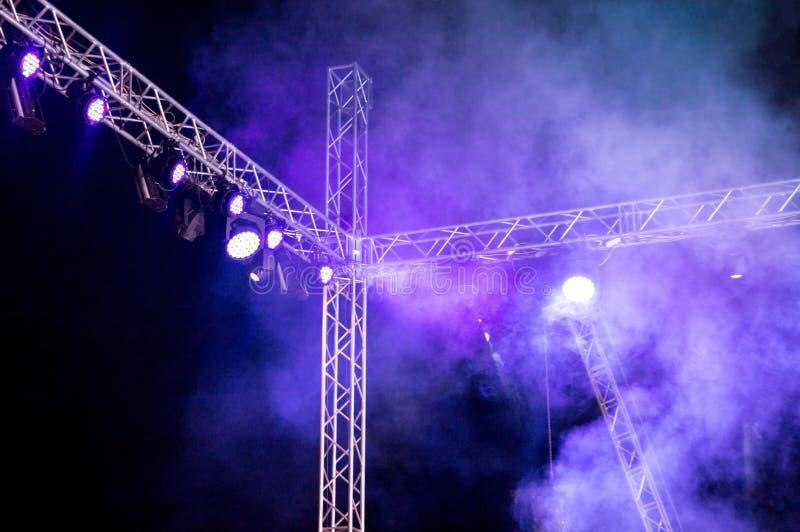 Koloru reflektor przy koncertem przy nocą fotografia royalty free