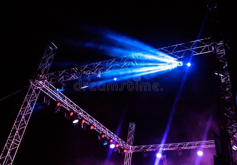Koloru reflektor przy koncertem przy nocą zdjęcia stock