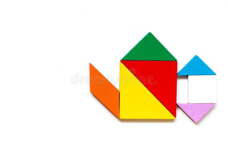 Koloru tangram drewniana łamigłówka w wodnym garnka kształcie obrazy stock