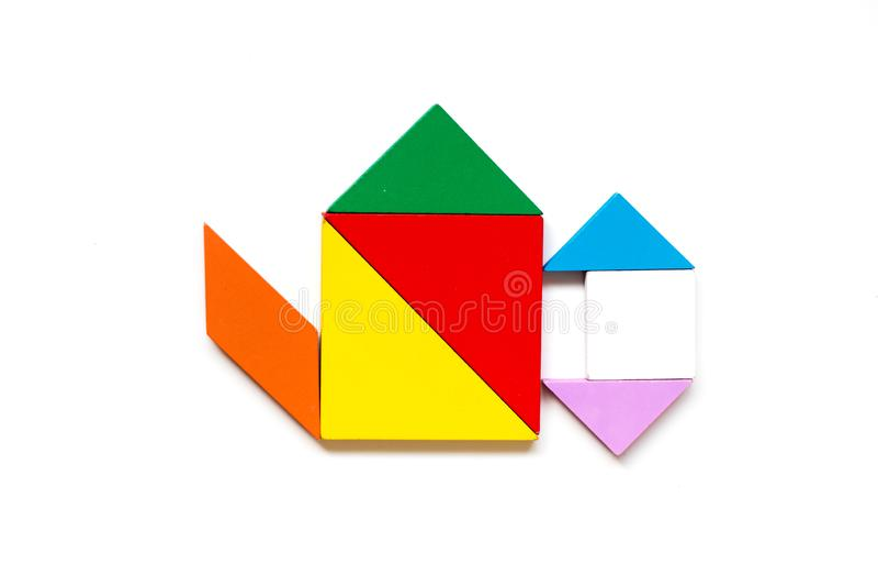 Koloru tangram drewniana ?amig??wka w wodnym garnka kszta?cie na bia?ym tle obrazy stock