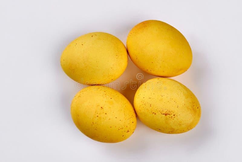 Kolory żółci farbujący jajka zdjęcia royalty free