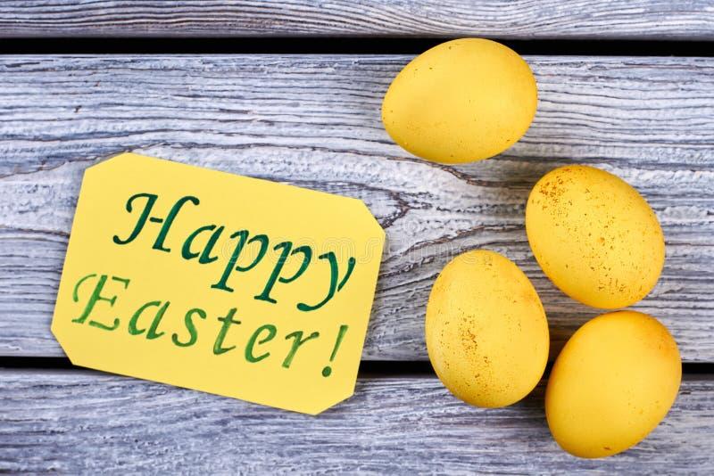 Kolory żółci farbujący jajka na drewnie fotografia stock