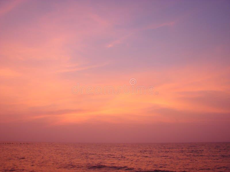 Kolory w niebie przy świtem przy deptak plażą, Pondicherry zdjęcie royalty free