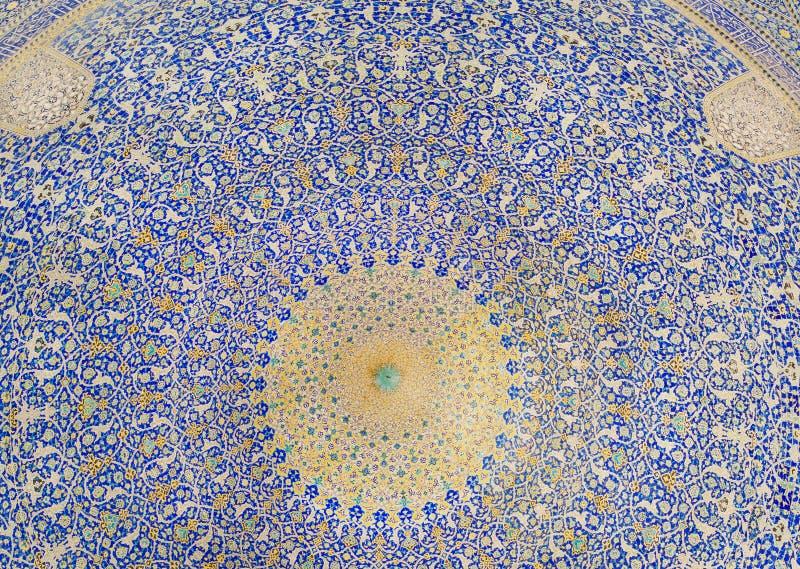 Kolory wzorzysta kopuła wśrodku antycznego perskiego meczetu w Iran obrazy stock